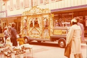 """Diverse Et mobilt hollandsk gadeorgel kunne ses i Hillerøds gader i 1975 – her fotograferet på Torvet og i Slotsgade ud for """"Irma"""", Slotsgade 33. Tak til Birgit Vinholt Hansen."""