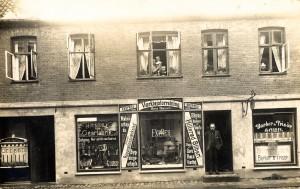 hans-hansen-f-1877-aabnede-ekspres-vaerktoejsforretning-i-1913-i-helsingoersgade-3-hvor-han-og-familien-ogsaa-boede-fotopostkort-fra-ca-1913