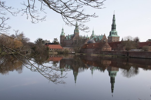 Frederiksborg Slot når det er smukkest. Foto: Finn Hillmose.