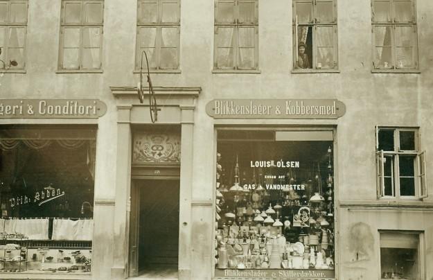 vilh-abbens-bageri-og-blikkenslager-louis-olsen-i-helsingoersgade-139-senere-aendret-til-nr-14-navn-aendret-til-central-mejeriet-fotopostkort-ca-1910